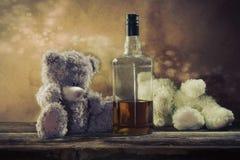 两个玩具熊被喝的波旁威士忌酒 免版税图库摄影