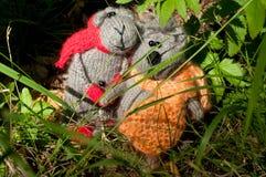两个玩具猫和老鼠,手工制造 免版税库存照片