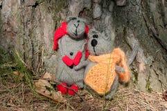 两个玩具猫和老鼠,手工制造 免版税库存图片