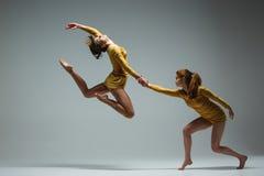 两个现代跳芭蕾舞者 库存照片