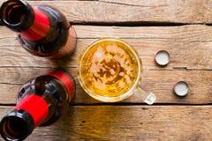 两个瓶和一个杯子啤酒 图库摄影