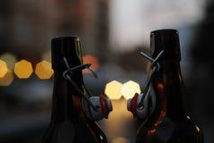 两个瓶啤酒亲吻 免版税库存照片
