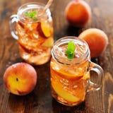 两个瓶子桃子茶 库存照片