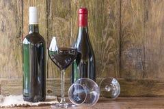 两个瓶红葡萄酒和玻璃 免版税库存图片