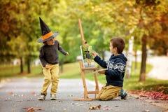两个甜孩子,男孩兄弟,绘的动画片生物  库存照片