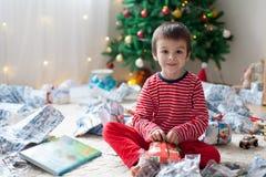 两个甜男孩,打开在圣诞节出席 库存图片