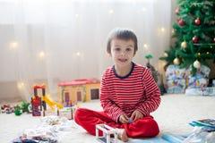 两个甜男孩,打开在圣诞节出席 免版税库存图片