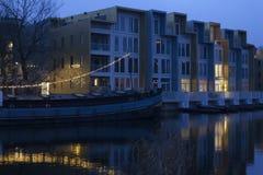 两个生活方式,老小船转换了成房子在新的apartemnts复合体,阿姆斯特丹旁边荷兰 免版税库存照片