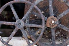 两个生锈的工业老水阀门 免版税库存图片