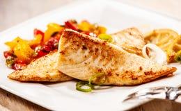 两个用卤汁泡的烤新鲜的罗非鱼内圆角 免版税库存图片