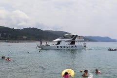 两个甲板游艇Evelina适合与海滩解决Lazarevskoe,索契 免版税图库摄影