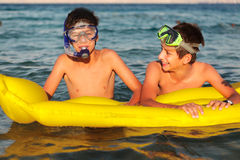 两个男孩享受他们的在海滩的时间 免版税库存图片