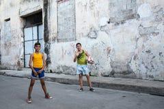两个男孩和球 免版税库存图片