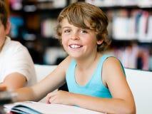 两个男孩在图书馆里 免版税库存照片