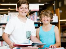 两个男孩在图书馆里 免版税图库摄影