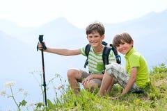 两个男孩在夏天阿尔卑斯 免版税图库摄影