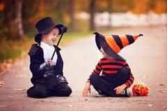 两个男孩在有万圣夜服装的公园 库存图片