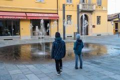 两个男孩在维尼奥拉, Ital的历史的中心的看喷泉 图库摄影