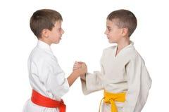 两个男孩握手和服的 免版税库存照片