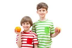 两个男孩用果子 免版税库存照片