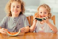 两个男孩用西瓜 库存图片