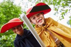 两个男孩装饰象骑士 免版税库存照片