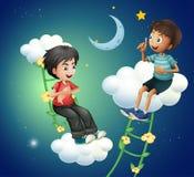 两个男孩谈话在月亮附近 库存图片