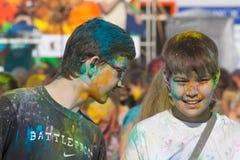 两个男孩谈话 颜色Holi节日在切博克萨雷,楚瓦什人共和国,俄罗斯 05/28/2016 免版税库存照片