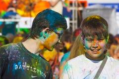 两个男孩谈话 颜色Holi节日在切博克萨雷,楚瓦什人共和国,俄罗斯 05/28/2016 免版税图库摄影