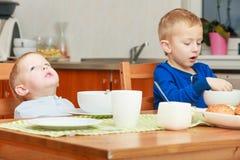 两个男孩,一起吃早餐的孩子 免版税图库摄影