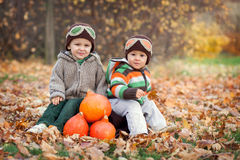 两个男孩,坐手提箱 免版税库存照片