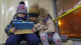 两个男孩Timelapse有片剂计算机的在无轨电车 股票录像