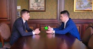 两个男性商人同意和握手 电话,chromakey,从电话,创新读了 股票录像