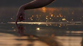 两个男性手指移动滑稽湖表面上 影视素材