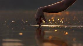 两个男性手指跳跃高湖表面上 影视素材