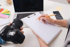 两个男性photograher会议在创造性的办公室 免版税图库摄影