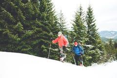两个登山人在冬天 免版税图库摄影