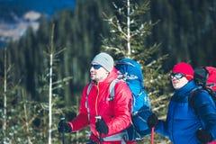 两个登山人在冬天 免版税库存照片