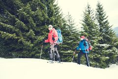 两个登山人在冬天 库存图片
