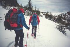 两个登山人在冬天 图库摄影