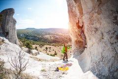 两个登山人训练 库存图片