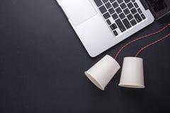 两个白皮书杯子连接用用于经典电话的红色绳索 免版税库存照片