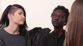 两个白种人女朋友慰问desperated并且用尽屋子的另一名美国黑人的妇女 股票视频