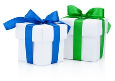 两个白色礼物盒栓了蓝色,并且绿色丝带弓隔绝了o 免版税库存图片