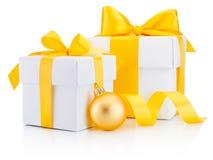 两个白色礼物盒栓了黄色被隔绝的丝带弓和中看不中用的物品 免版税库存照片