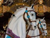 两个白色转盘小马 免版税库存照片