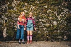两个相当小青春期前的女孩画象  免版税库存图片