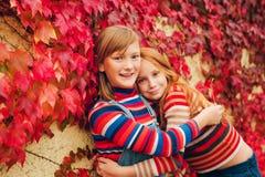 两个相当小青春期前的女孩画象  免版税库存照片