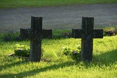 两个石十字架在一座军事公墓 库存照片