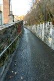 两个石墙之间的离开的道路 免版税图库摄影